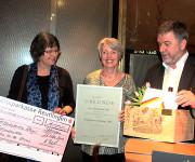 Freuten sich mit Bürgermeister Michael Hillert über die Verleihung des Bürgerpreises 2016 der Gemeinde an den Arbeitskreis Asyl: Claudia Mess (links) und Ursula Liedtke (Mitte).