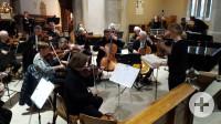 Das VHS-Orchester bei der Gottesdienstumrahmung in der Stiftskirche. Foto: ak