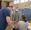 Erste Impfungen der Dettinger Hausärzte in der Schillerhalle