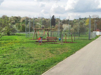 Kinderspielplatz dahinter der Fußballplatz