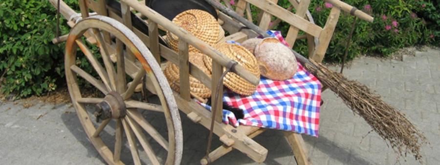 Räuberkarren dekoriert mit Brot und Brotkörbe