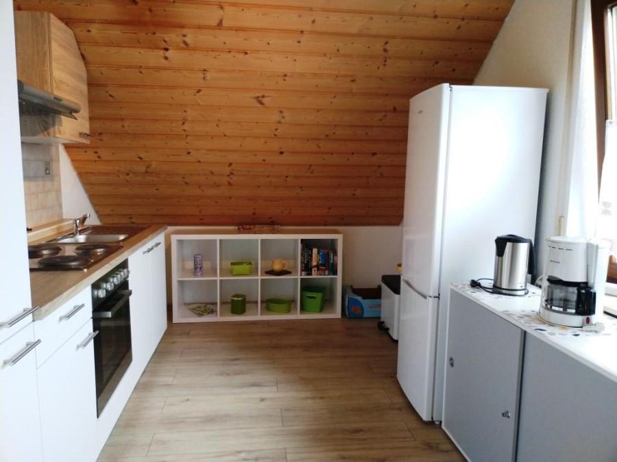 Küche mit Kühl-Gefrierschrank