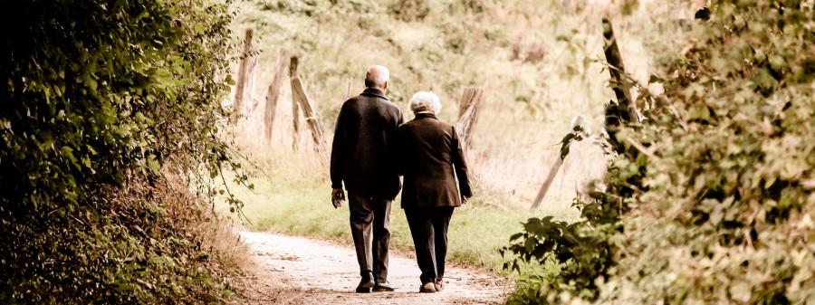 Senioren beim Spazierengehen