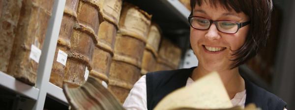 Archivarin Barbara Katic hilft bei der Suche.